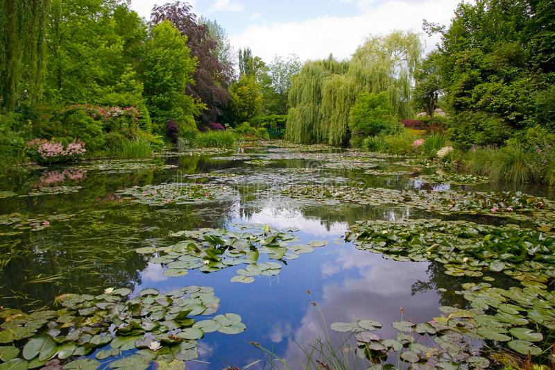 Botanisk trädgård av målaren Monet i Giverny, Frankrike royaltyfria foton