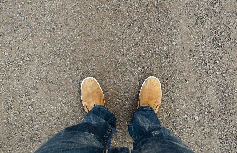 Botas amarelas na estrada imagem de stock