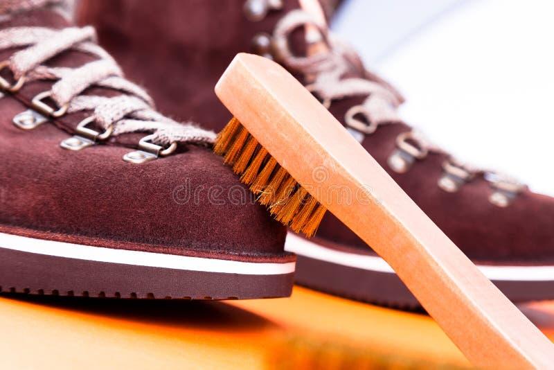 Botas da camurça do homem de Brown com escova Macro Limpe sapatas imagens de stock