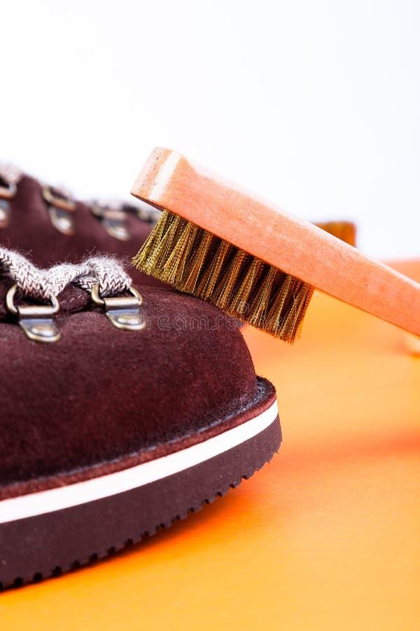 Botas da camurça do homem de Brown com escova Macro Limpe sapatas fotos de stock