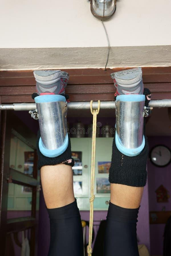 Botas da gravidade na entrada masculina de suspensão da barra dos pés fotos de stock royalty free