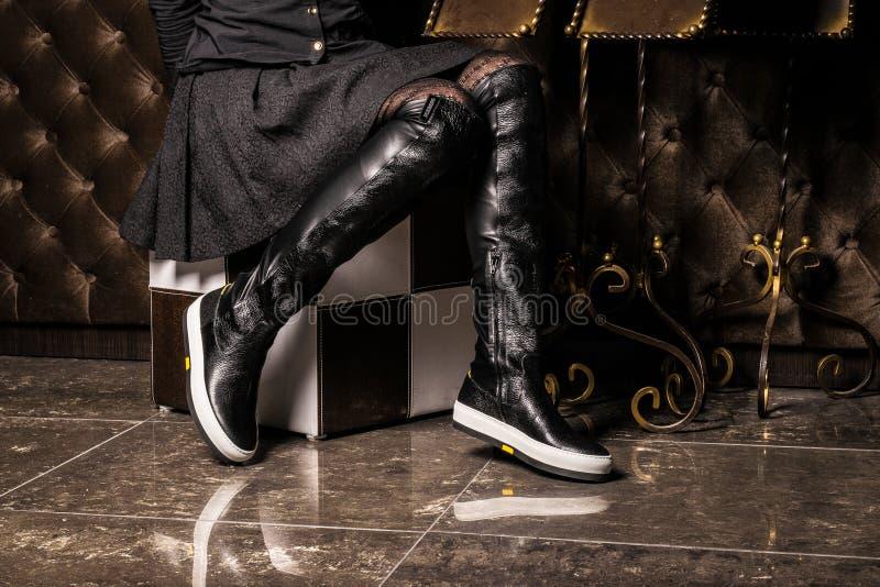 Botas de cuero elegantes tiradas en estudio imagen de archivo