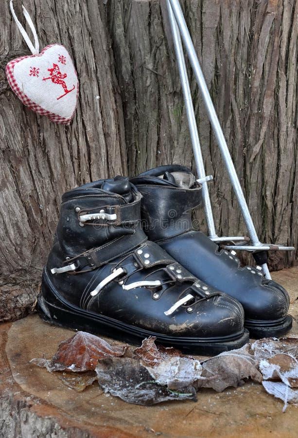 Botas de esquiar antiguas fotos de archivo