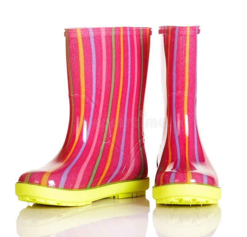 Botas de goma de los niños para el paseo en lluvia y después fotografía de archivo