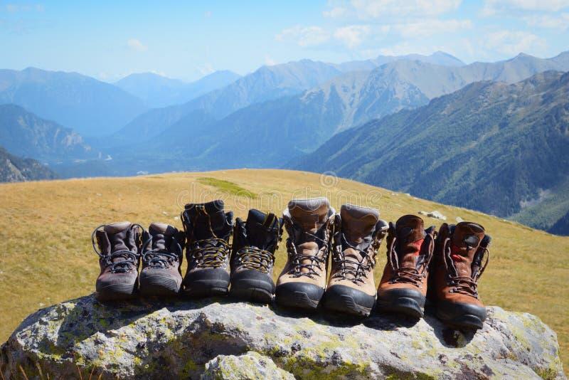 Botas de la montaña después de un alza larga en las montañas foto de archivo libre de regalías