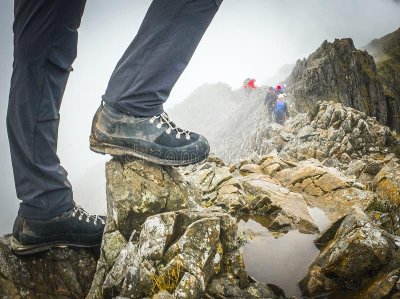 Botas de los caminantes en la línea de Ridge de pesebre Goch, parque nacional de Snowdonia imagen de archivo