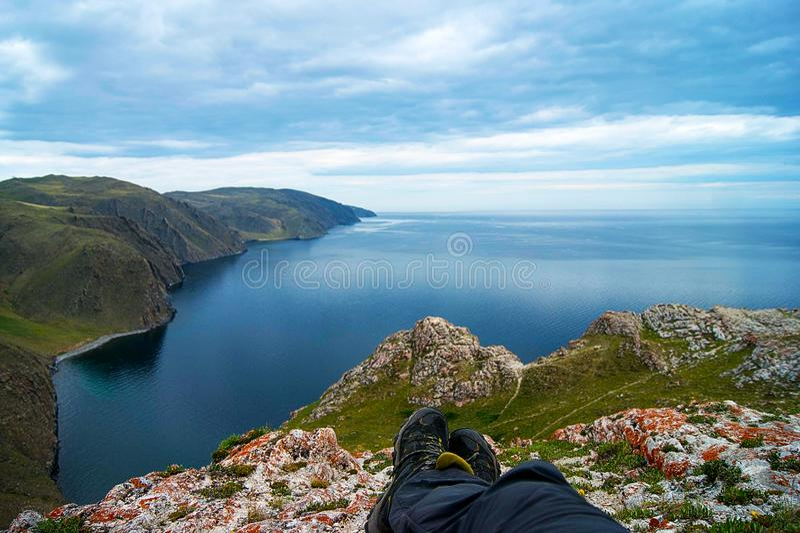 Botas de los hombres en el lago Baikal imágenes de archivo libres de regalías