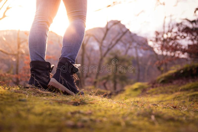 Botas de una mujer joven, recorte, aire libre en tierra de bosques maderables, otoño imágenes de archivo libres de regalías