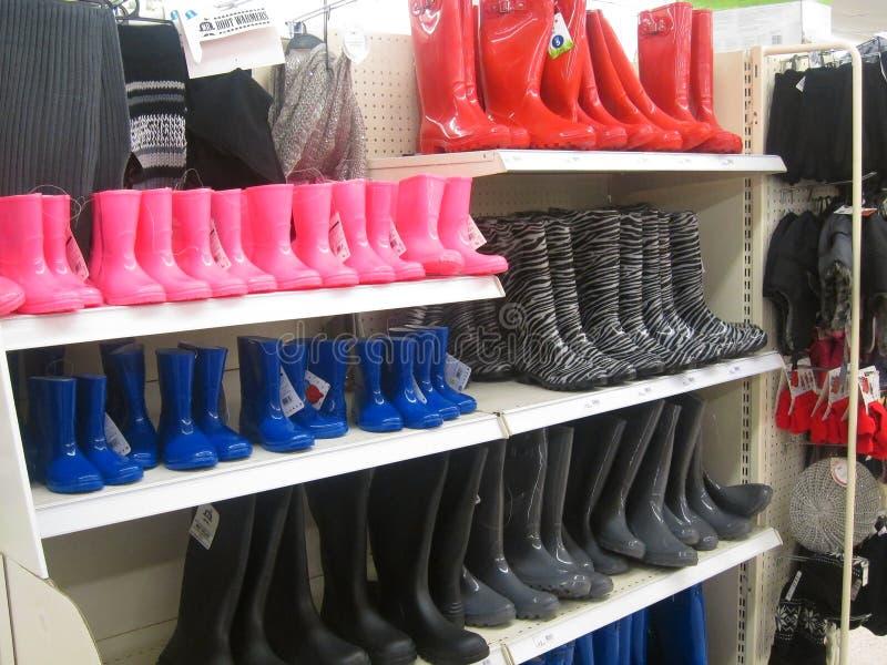 Botas de Wellington, del caucho o de lluvia en una tienda. imagen de archivo libre de regalías