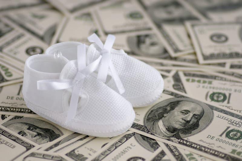 Botas do bebê no dinheiro fotografia de stock