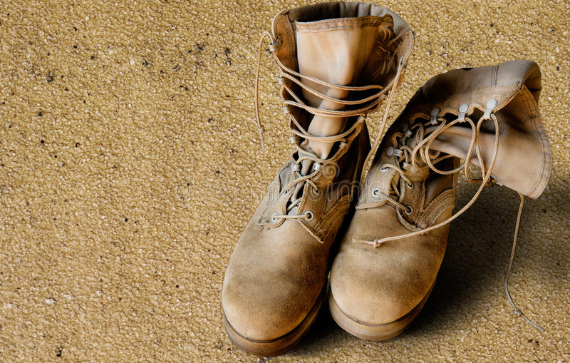 Botas do exército dos EUA na areia imagem de stock royalty free