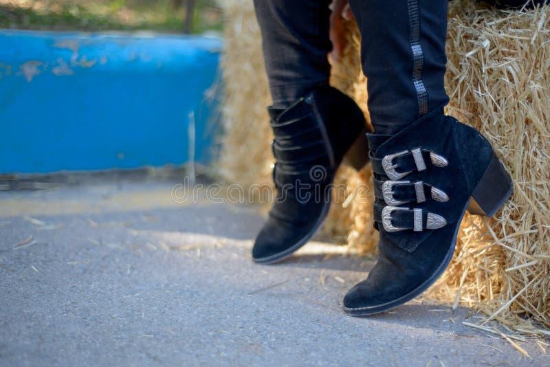 Botas do preto do vaqueiro das mulheres fotografia de stock