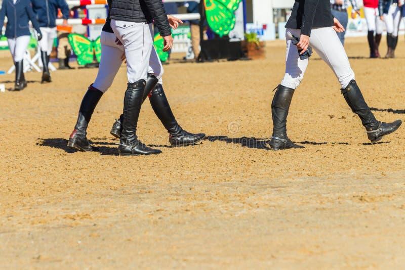 Botas dos cavaleiros que passeiam a arena imagens de stock