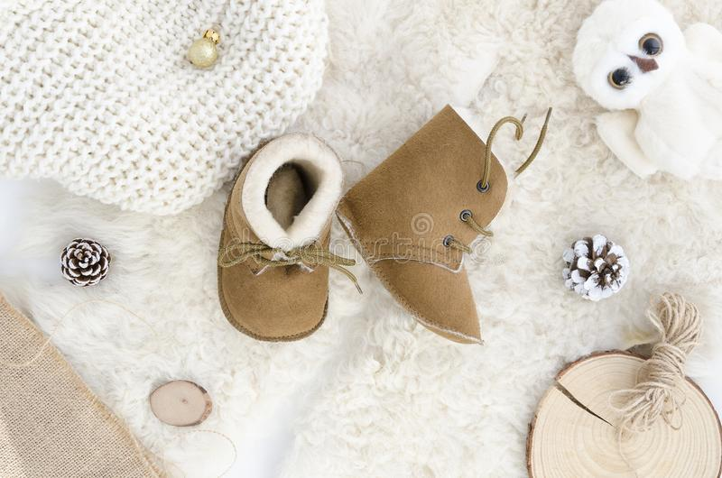 Botas feitos a mão do bebê da pele de carneiro, deslizadores, sapatas, mocassins Natural macio de couro genuíno de Brown Configur imagem de stock