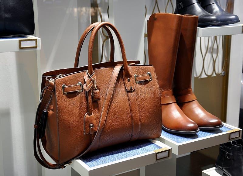 Botas marrons das mulheres e saco de couro imagem de stock