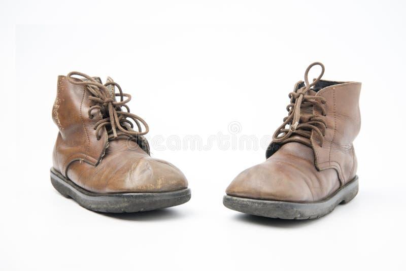 Botas marrons velhas isoladas em um fundo branco fotografia de stock royalty free