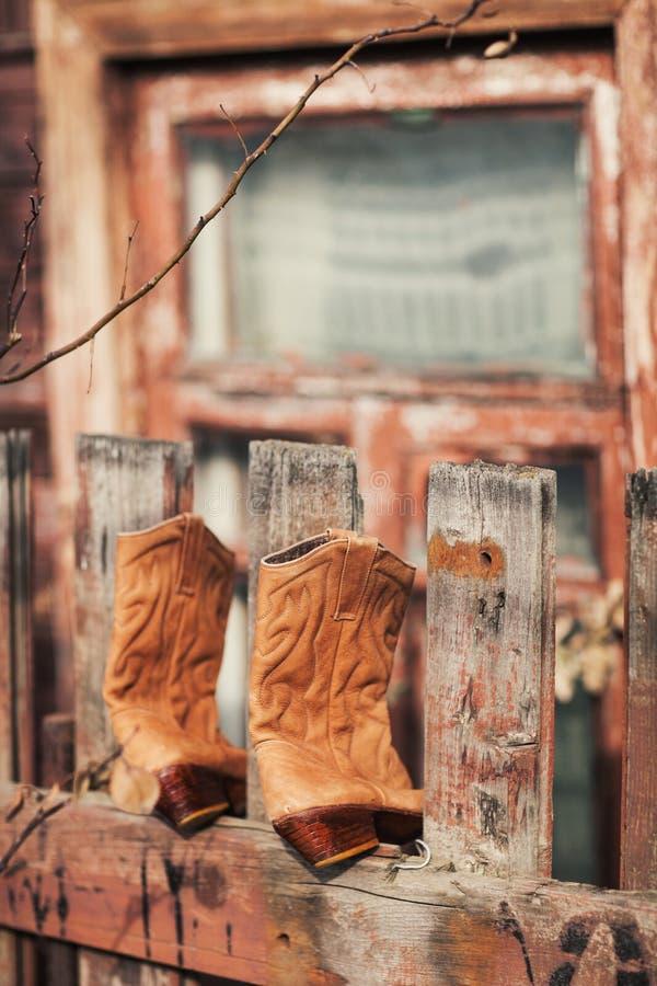 Botas na cerca fotografia de stock