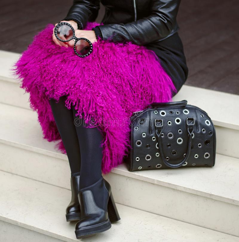 Botas o zapatos del tobillo en las piernas del ` s de las mujeres, vidrios en las manos, bolso Primer Vales de regalo, Black Frid fotografía de archivo libre de regalías