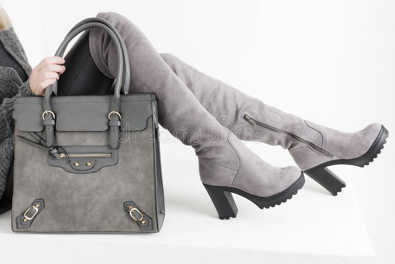 botas vestindo da mulher do detalhe com uma bolsa foto de stock royalty free