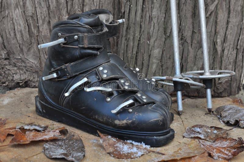 Botas y esquí viejos de los polos foto de archivo