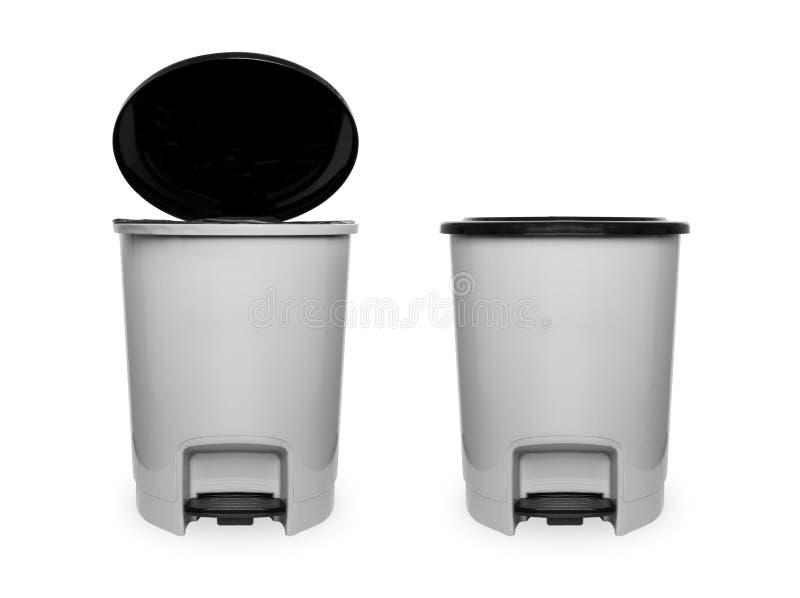 Bote de basura con negro plástico aislado en el fondo blanco con la trayectoria de recortes Grey Empty Refuse Bin Garbage hermoso foto de archivo libre de regalías