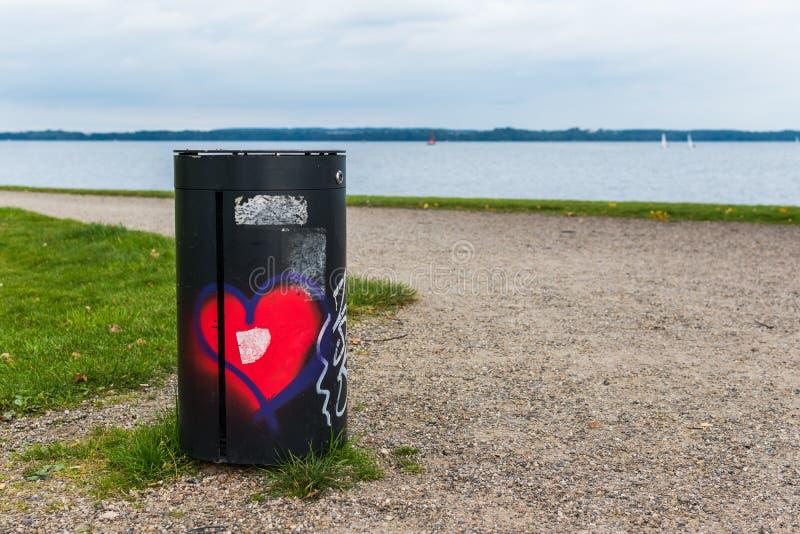 Bote de basura con un corazón foto de archivo