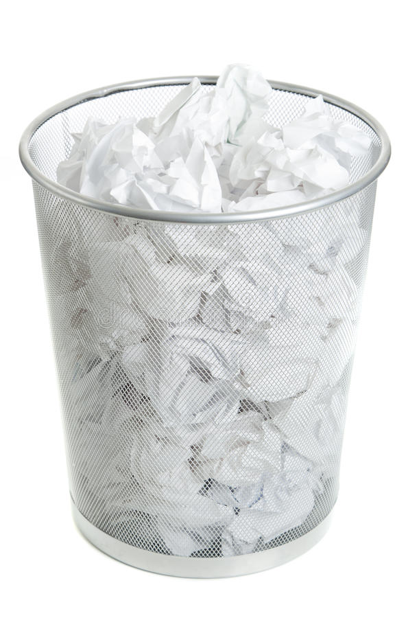 Bote de basura del acoplamiento de alambre en blanco fotografía de archivo libre de regalías