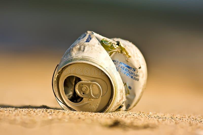 Bote de basura en la playa fotos de archivo libres de regalías