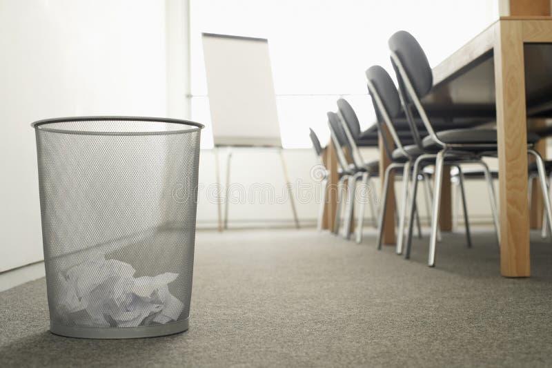 Bote de basura en sala de reunión vacía foto de archivo libre de regalías