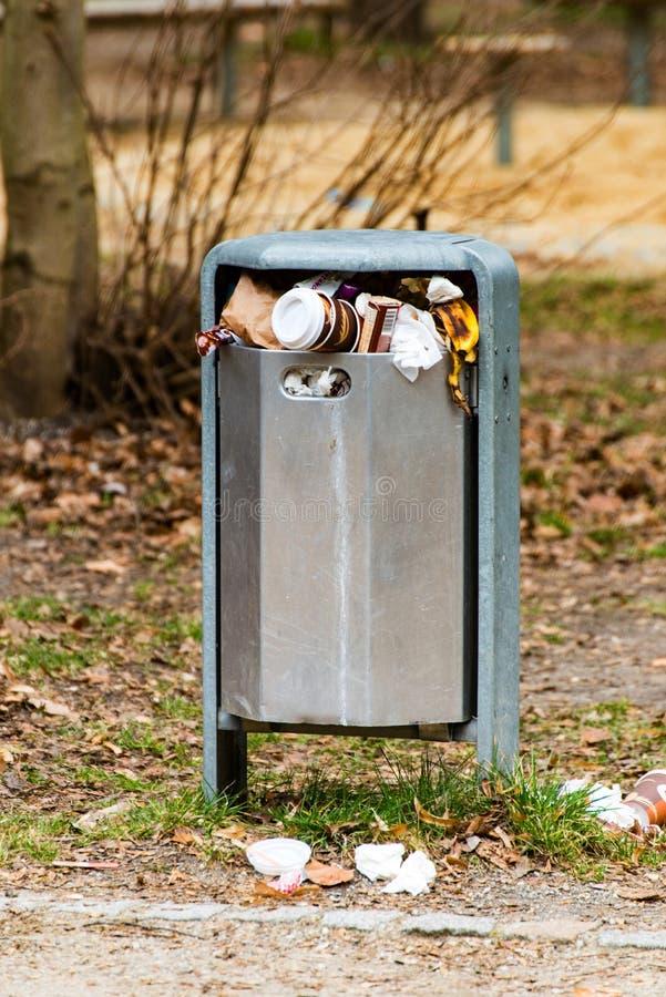 Bote de basura lleno en el parque foto de archivo libre de regalías