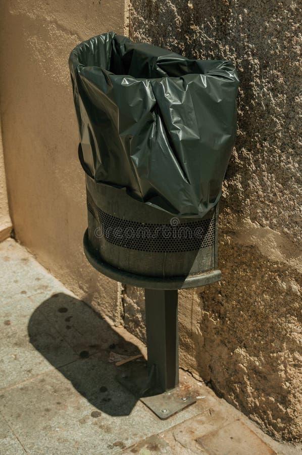 Bote de basura público con la bolsa de plástico en Mérida fotos de archivo libres de regalías