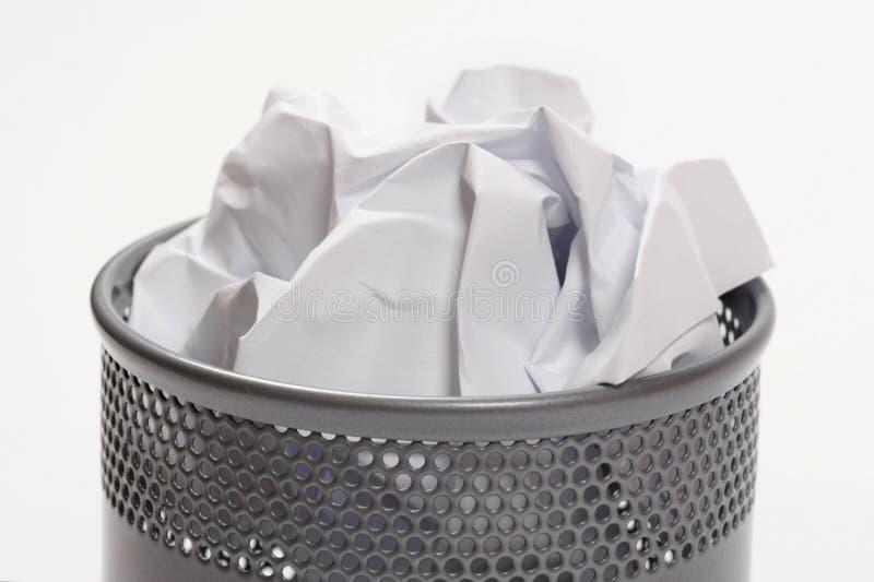 Bote de basura por completo de papeles imagenes de archivo