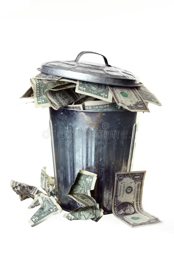 Bote de basura por completo del dinero foto de archivo libre de regalías
