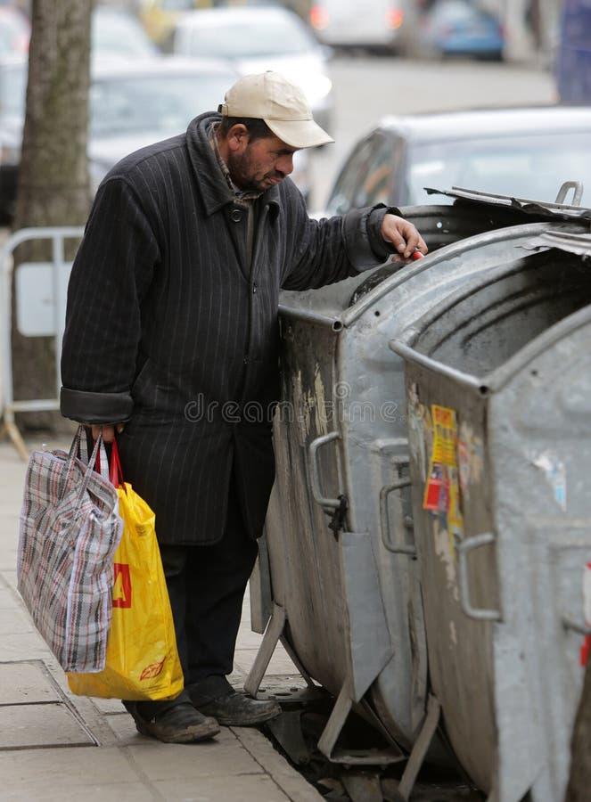 Bote de basura sin hogar fotos de archivo libres de regalías