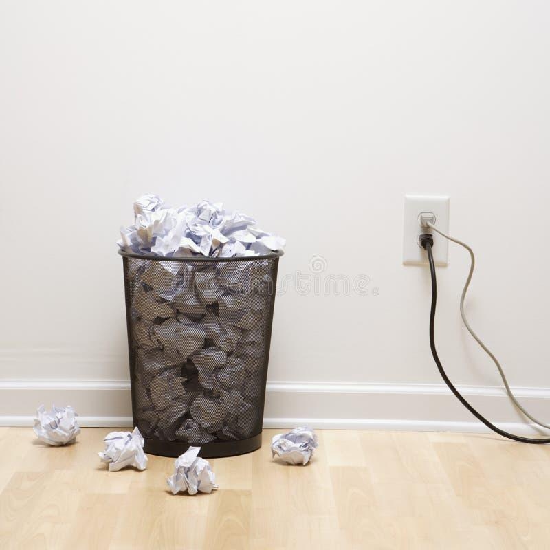 Bote de basura y enchufe. imágenes de archivo libres de regalías