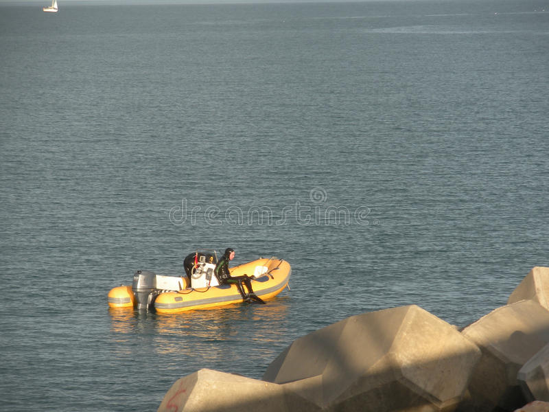 Bote de borracha no mar foto de stock