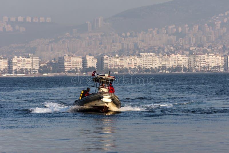Bote de borracha no mar na frente de Izmir Turquia imagens de stock royalty free