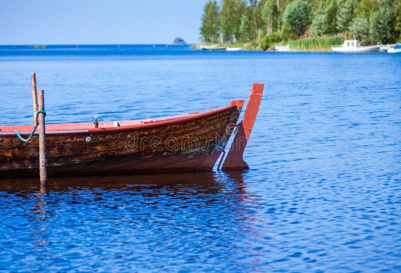 Bote de remos de madera de la vieja pesca imagen de archivo libre de regalías