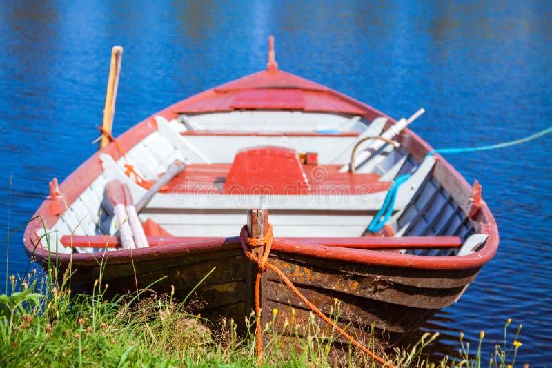 Bote de remos de madera de la vieja pesca imágenes de archivo libres de regalías