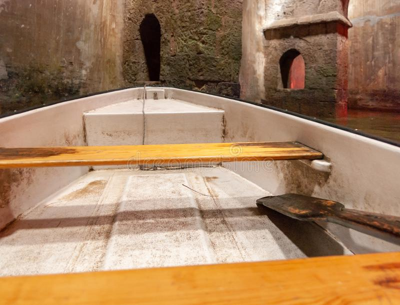 Bote de remos en la piscina subterráneo de arcos en Ramla Israel imagenes de archivo