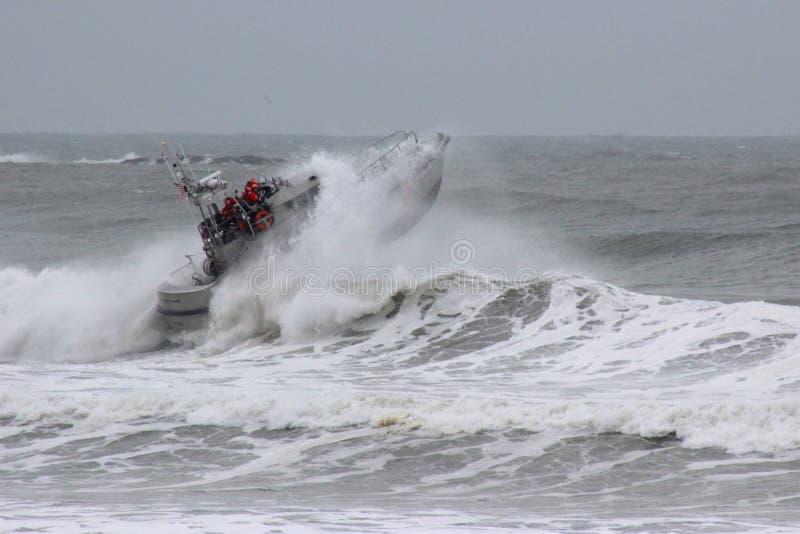 Bote de salvamento em Waves-009 imagens de stock royalty free