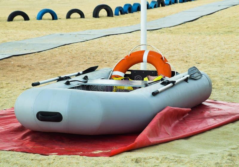 Bote de salvamento inflável Barco inflável cinzento na praia no foto de stock