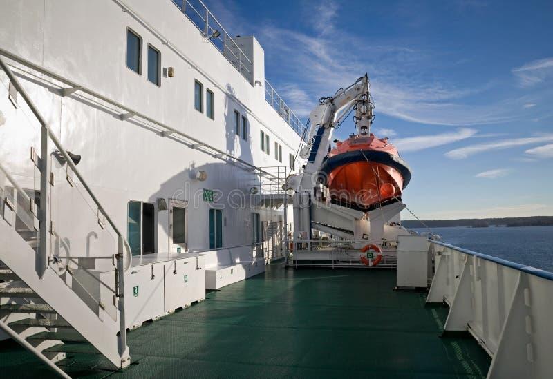 Bote de salvamento rojo en una cubierta de las naves imagenes de archivo