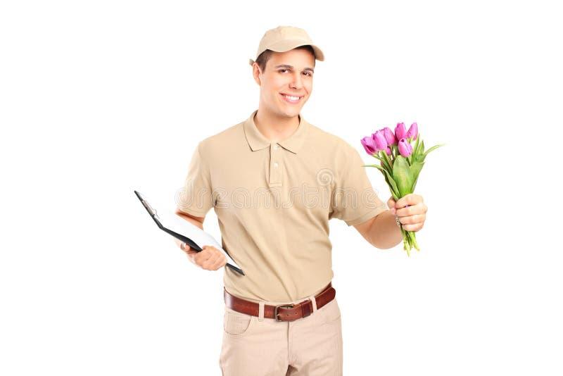 Bote, der ein Klemmbrett und Blumen hält stockfotografie