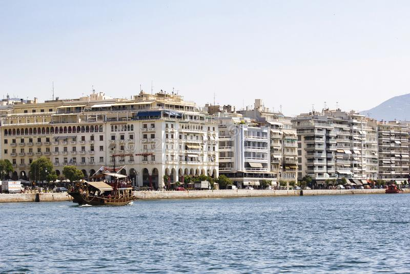 Bote do turista na costa de Tessalónica Grécia fotos de stock