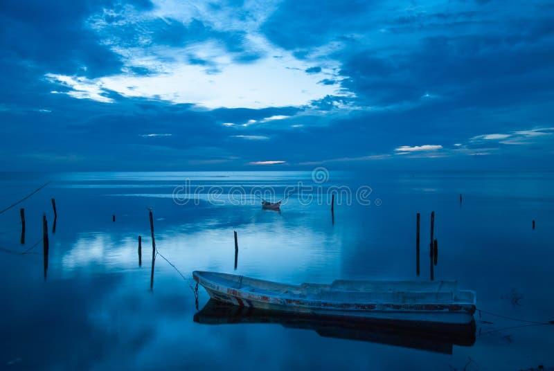 Bote e o por do sol azul em Campeche México imagens de stock
