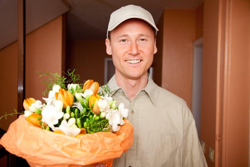 Bote mit Blumen an Ihrer Tür stockbild