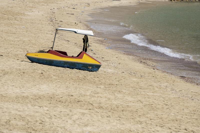Bote na praia Botes na praia porque a ?gua do mar diminui o Sandy Beach na praia de Sairee, prov?ncia de Chumphon imagem de stock