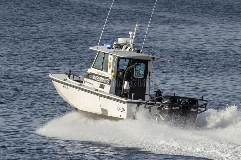 Bote patrulla de Fairhaven Harbormaster en el movimiento imagenes de archivo