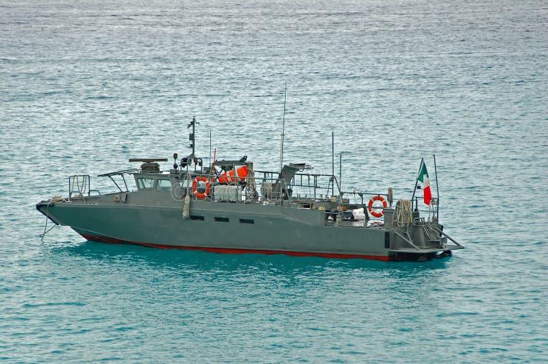Bote patrulla militar en color gris foto de archivo